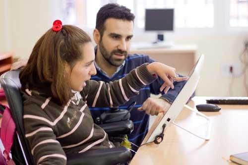 3748_una_paciente_con_paralisis_cerebral_prueba_la_tablet_pedagogica__us
